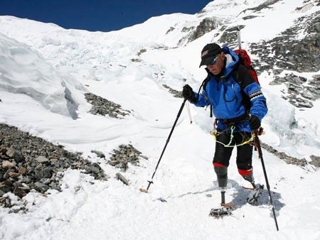 Mark Inglis becomes the first double amputee to reach the summit of Mount Everest.